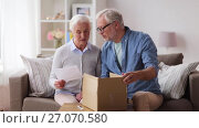 Купить «senior couple with parcel and delivery note», видеоролик № 27070580, снято 2 октября 2017 г. (c) Syda Productions / Фотобанк Лори