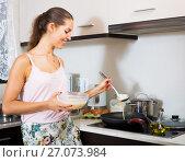 Купить «Girl making pancakes on pan», фото № 27073984, снято 9 апреля 2020 г. (c) Яков Филимонов / Фотобанк Лори