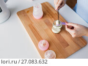 Купить «hands with jar and scoop making formula milk», фото № 27083632, снято 21 февраля 2017 г. (c) Syda Productions / Фотобанк Лори