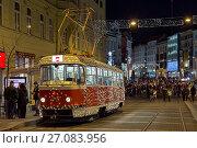 Купить «Рождественский трамвай на остановке около Площади Свободы вечером в Брно, Чехия», фото № 27083956, снято 11 декабря 2016 г. (c) Михаил Марковский / Фотобанк Лори