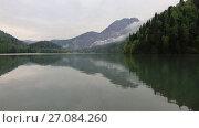 Купить «Озеро Рица в пасмурную погоду. Абхазия», видеоролик № 27084260, снято 8 мая 2017 г. (c) Яна Королёва / Фотобанк Лори
