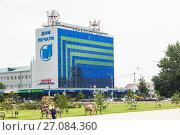 Купить «The building of the Ministry of Information in Grozny. Дом Печати в Грозном, Чечня. Вид с территории Аллеи Славы», фото № 27084360, снято 18 августа 2017 г. (c) Jon Maldini / Фотобанк Лори