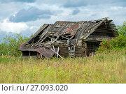 Купить «Заброшенный и разрушенный деревянный дом», фото № 27093020, снято 8 августа 2016 г. (c) Pukhov K / Фотобанк Лори