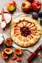 Пирог с яблоками и сливами на деревянном столе. Вид сверху, фото № 27093288, снято 9 октября 2017 г. (c) Надежда Мишкова / Фотобанк Лори