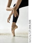 Купить «Ballet dancer posing in studio», фото № 27094508, снято 3 октября 2017 г. (c) Andriy Bezuglov / Фотобанк Лори