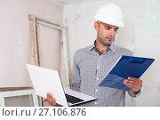 Купить «Man is standing with laptop and folder with documents», фото № 27106876, снято 18 мая 2017 г. (c) Яков Филимонов / Фотобанк Лори