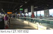 Купить «Пассажиры на траволаторе в зале отправления. Аэропорт Схипхол, Амстердам», видеоролик № 27107032, снято 17 сентября 2017 г. (c) Виктор Карасев / Фотобанк Лори