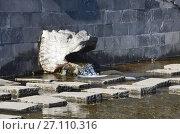 Купить «Целебный минеральный источник Erlonguan Spring для лечения зрения у подножия горы Хэйлун в Удалянчи, Китай», фото № 27110316, снято 15 октября 2017 г. (c) Овчинникова Ирина / Фотобанк Лори