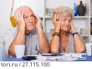 Frustrated senior couple faced financials troubles. Стоковое фото, фотограф Яков Филимонов / Фотобанк Лори