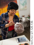 Купить «Woman painting a sculptor», фото № 27120136, снято 21 апреля 2017 г. (c) Wavebreak Media / Фотобанк Лори