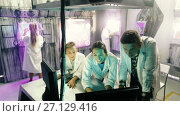 Купить «Young family is visiting of escape room stylized under laboratory», видеоролик № 27129416, снято 11 августа 2017 г. (c) Яков Филимонов / Фотобанк Лори