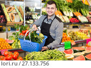 Купить «Male seller helping to choose», фото № 27133756, снято 18 марта 2017 г. (c) Яков Филимонов / Фотобанк Лори