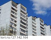 Купить «Шестнадцатиэтажный четырёхподъездный панельный жилой дом серии И-522А, построен в 1983 году. 7-я Парковая улица, 15 корпус 1. Район Измайлово. Город Москва», эксклюзивное фото № 27142164, снято 7 мая 2017 г. (c) lana1501 / Фотобанк Лори