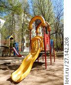 Купить «Детская игровая площадка во дворе жилых домов на Измайловском бульваре. Район Измайлово. Город Москва», эксклюзивное фото № 27142208, снято 7 мая 2017 г. (c) lana1501 / Фотобанк Лори