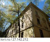 Купить «Трёхэтажный трёхподъездный кирпичный жилой дом, построен в 1951 году. 6-я Парковая улица, 32. Район Измайлово. Город Москва», эксклюзивное фото № 27142212, снято 7 мая 2017 г. (c) lana1501 / Фотобанк Лори
