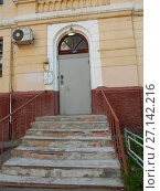 Купить «Подъезд трехэтажного кирпичного жилого дома (построен в 1951 году). 6-я Парковая улица, 32. Район Измайлово. Москва», эксклюзивное фото № 27142216, снято 7 мая 2017 г. (c) lana1501 / Фотобанк Лори