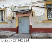 Купить «Подъезд пятиэтажного кирпичного жилого дома (построен в 1949 году). Измайловский бульвар, 22. Район Измайлово. Москва», эксклюзивное фото № 27142224, снято 7 мая 2017 г. (c) lana1501 / Фотобанк Лори