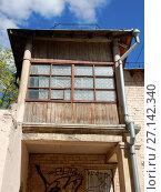 Купить «Двухэтажный двухподъездный кирпичный жилой дом, построен в 1950 году. 5-я Парковая улица, 34. Район Измайлово. Город Москва», эксклюзивное фото № 27142340, снято 7 мая 2017 г. (c) lana1501 / Фотобанк Лори