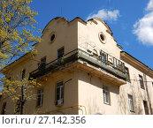 Купить «Двух-трёхэтажный трёхподъездный кирпичный жилой дом, построен в 1951 году. 5-я Парковая улица, 32. Район Измайлово. Город Москва», эксклюзивное фото № 27142356, снято 7 мая 2017 г. (c) lana1501 / Фотобанк Лори