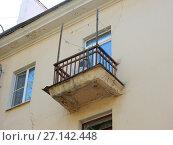 Купить «Балкон трёхэтажного кирпичного жилого дома (построен в 1951 году). 4-я Парковая улица, 24а. Район Измайлово. Город Москва», эксклюзивное фото № 27142448, снято 7 мая 2017 г. (c) lana1501 / Фотобанк Лори