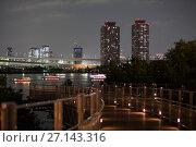 Купить «Вид на два высотных здания на берегу залива Токио около радужного моста в ночное время. Лодки Yakatabune для катания туристов на воде. Остров Одайба, Токио. Япония», фото № 27143316, снято 10 апреля 2013 г. (c) Кекяляйнен Андрей / Фотобанк Лори