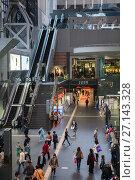 Эскалаторы в главном холле железнодорожной станции и торгового центра в Киото. Япония (2013 год). Редакционное фото, фотограф Кекяляйнен Андрей / Фотобанк Лори