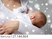 Купить «close up of mother holding newborn baby», фото № 27144864, снято 23 ноября 2016 г. (c) Syda Productions / Фотобанк Лори