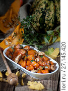 Купить «Caramelized pumpkin with honey, nuts and thyme leaves. Shooting in dark tones with a light brush.», фото № 27145420, снято 12 октября 2017 г. (c) Olesya Tseytlin / Фотобанк Лори