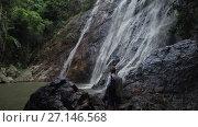 Купить «Tourist at Na Muang Waterfall on Koh Samui in Thailand stock footage video», видеоролик № 27146568, снято 7 сентября 2017 г. (c) Юлия Машкова / Фотобанк Лори