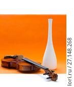 Купить «Натюрморт со скрипкой и белой вазой на оранжевом фоне», фото № 27148268, снято 29 января 2017 г. (c) V.Ivantsov / Фотобанк Лори