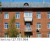 Купить «Пятиэтажный трёхподъездный кирпичный жилой дом серии I-410 (САКБ), построен в 1956 году. 1-я Прядильная улица, 9. Район Измайлово. Город Москва», эксклюзивное фото № 27151964, снято 7 мая 2017 г. (c) lana1501 / Фотобанк Лори
