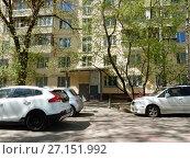 Купить «Подъезд двенадцатиэтажного блочного жилого дома серии II-18-01/12 (построен в 1969 году). 3-я Парковая улица, 22. Район Измайлово. Город Москва», эксклюзивное фото № 27151992, снято 7 мая 2017 г. (c) lana1501 / Фотобанк Лори
