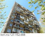 Купить «Четырнадцатиэтажный одноподъездный блочный жилой дом серии И-209, построен в 1971 году. 3-я Парковая улица, 27. Район Измайлово. Город Москва», эксклюзивное фото № 27152008, снято 7 мая 2017 г. (c) lana1501 / Фотобанк Лори