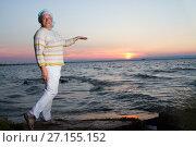 Купить «Счастливая женщина на фоне заката солнца на берегу моря», фото № 27155152, снято 29 июля 2017 г. (c) Момотюк Сергей / Фотобанк Лори