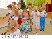 Купить «Маленькие дети играют на деревянных ложках. Утренник в детском саду», фото № 27156132, снято 27 октября 2017 г. (c) Ирина Борсученко / Фотобанк Лори