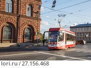 Купить «Трамвай поворачивает на площадь Репина, Санкт-Петербург», фото № 27156468, снято 21 октября 2017 г. (c) Юлия Бабкина / Фотобанк Лори