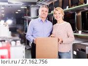Купить «mature married couple in shop packed household appliances into boxes», фото № 27162756, снято 27 июня 2019 г. (c) Яков Филимонов / Фотобанк Лори