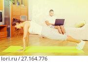 Girl practicing fitness. Стоковое фото, фотограф Яков Филимонов / Фотобанк Лори