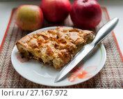 Шарлотка с яблоками на фоне красных яблок. Стоковое фото, фотограф Игорь Низов / Фотобанк Лори