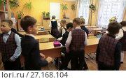 Купить «Начало урока в третьем классе начальной школы, дети входят в пустой класс», видеоролик № 27168104, снято 25 октября 2017 г. (c) Кекяляйнен Андрей / Фотобанк Лори