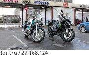 Купить «Два мотоцикла сохнут после мойки на станции самообслуживания», видеоролик № 27168124, снято 25 октября 2017 г. (c) Кекяляйнен Андрей / Фотобанк Лори