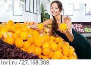 Купить «Woman selling fresh oranges on fruit market», фото № 27168308, снято 29 мая 2020 г. (c) Яков Филимонов / Фотобанк Лори