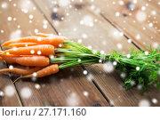Купить «close up of carrot bunch on wooden table», фото № 27171160, снято 5 августа 2016 г. (c) Syda Productions / Фотобанк Лори