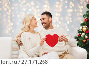 Купить «happy couple with red heart at christmas», фото № 27171268, снято 8 октября 2015 г. (c) Syda Productions / Фотобанк Лори