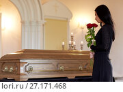 Купить «woman with red roses and coffin at funeral», фото № 27171468, снято 20 марта 2017 г. (c) Syda Productions / Фотобанк Лори