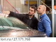 Купить «auto mechanic and customer at car shop», фото № 27171768, снято 21 сентября 2017 г. (c) Syda Productions / Фотобанк Лори