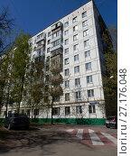 Купить «Девятиэтажный двухподъездный блочный жилой дом серии II-18-02/09, построен в 1966 году. Открытое шоссе, 17 корпус 13. Район Метрогородок. Город Москва», эксклюзивное фото № 27176048, снято 5 мая 2017 г. (c) lana1501 / Фотобанк Лори