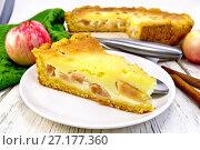 Купить «Пирог яблочный с сметанным кремом в тарелке на доске», фото № 27177360, снято 15 сентября 2015 г. (c) Резеда Костылева / Фотобанк Лори