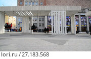 Купить «Moscow, Russia - November 2. 2017. People ride on swing in Triumph Square», видеоролик № 27183568, снято 2 ноября 2017 г. (c) Володина Ольга / Фотобанк Лори