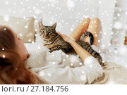 Купить «young woman with cat lying in bed at home», фото № 27184756, снято 15 октября 2016 г. (c) Syda Productions / Фотобанк Лори